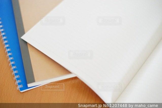 テーブルの上のノートの写真・画像素材[1207448]
