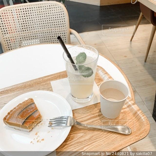 木製のテーブルの上に座っているコーヒー1杯の写真・画像素材[2440821]