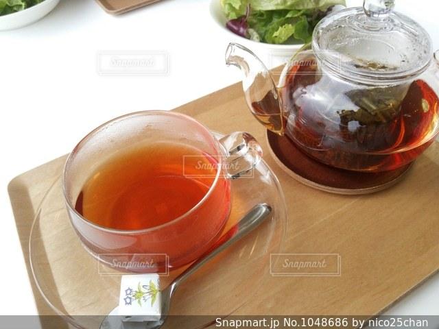テーブルの上の紅茶の写真・画像素材[1048686]