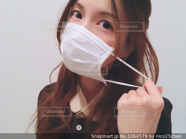 マスクをとる女性の写真・画像素材[1064579]