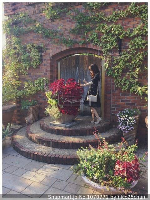 近くの建物の前にフラワー ガーデンの写真・画像素材[1070771]