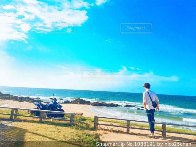 ビーチに立っている人の写真・画像素材[1088191]