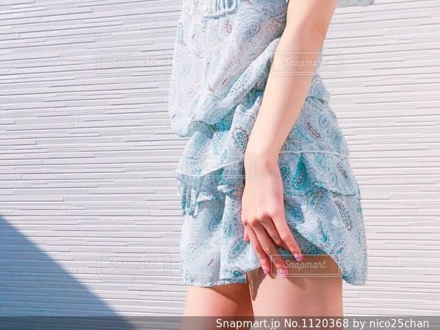 水色の服を着た女性の写真・画像素材[1120368]