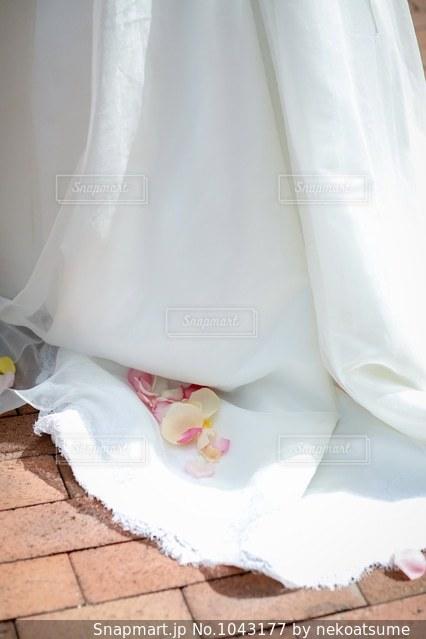 フラワーシャワー後のドレスと花びらの写真・画像素材[1043177]