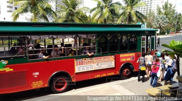 グアム赤いシャトルバスの写真・画像素材[1047110]