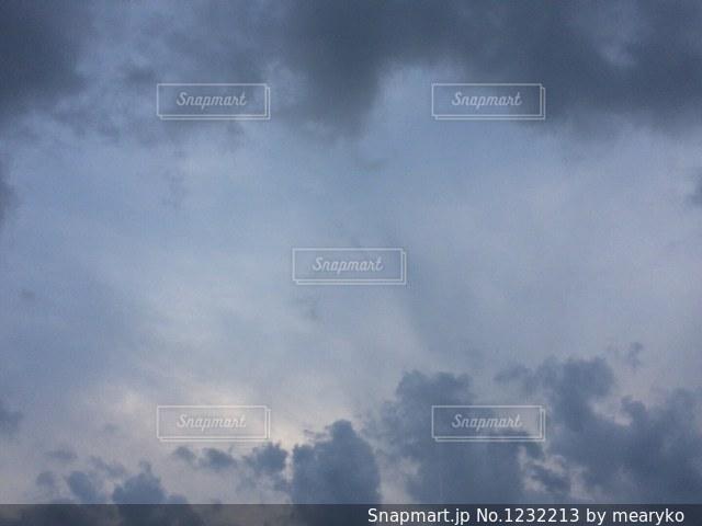 空には雲のグループの写真・画像素材[1232213]