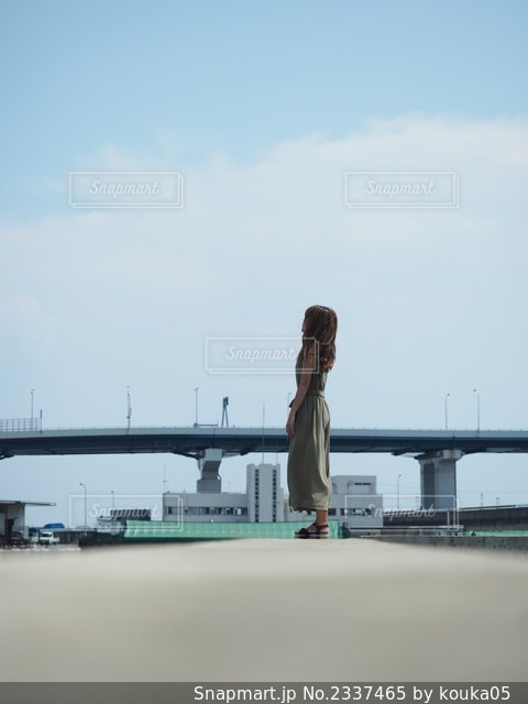 港町にたたずむ女性の後ろ姿の写真・画像素材[2337465]