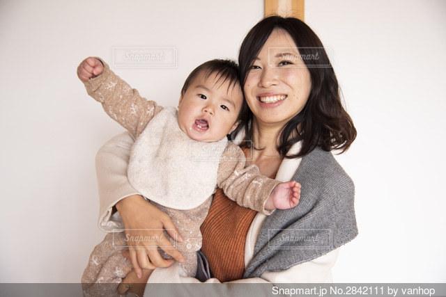 赤ちゃんを抱っこする女性の写真 画像素材 Snapmart スナップマート