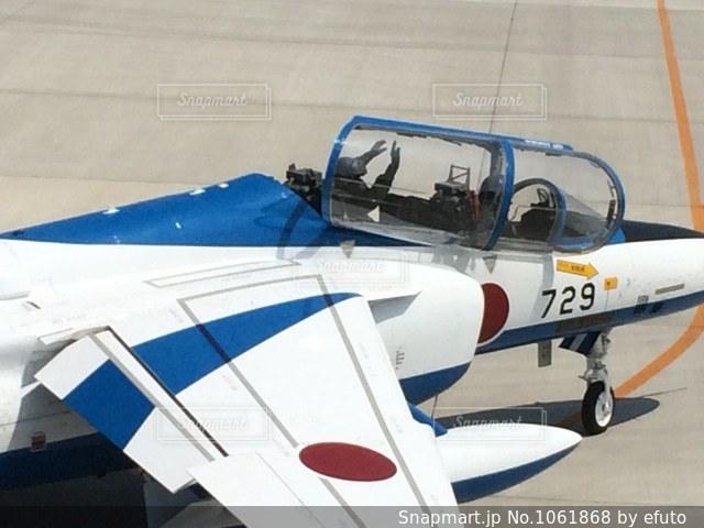 ディスプレイ上の青と白の飛行機の写真・画像素材[1061868]