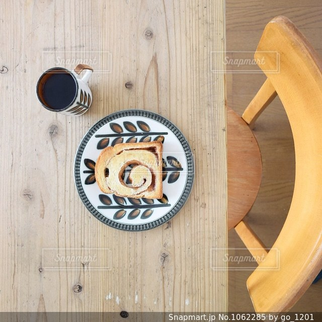 アンティークなテーブルとパンとコーヒー - No.1062285