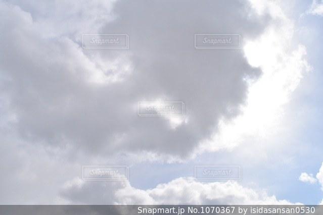 空には雲のグループの写真・画像素材[1070367]