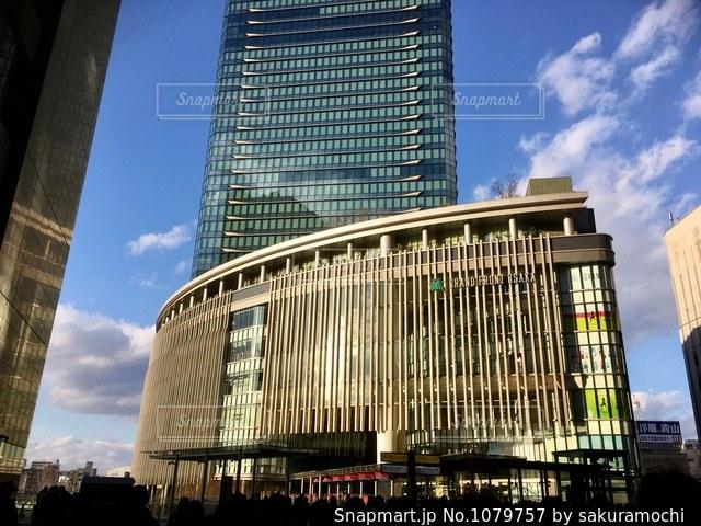 晴れた日のグランフロント大阪の写真・画像素材[1079757]