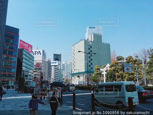赤坂の通りを歩いている人の写真・画像素材[1090956]