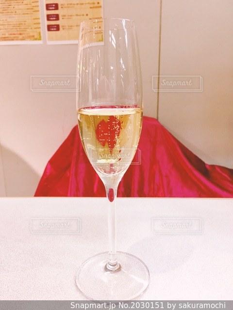 デパートの催事の有料試飲コーナーの本格シャンパンの写真・画像素材[2030151]