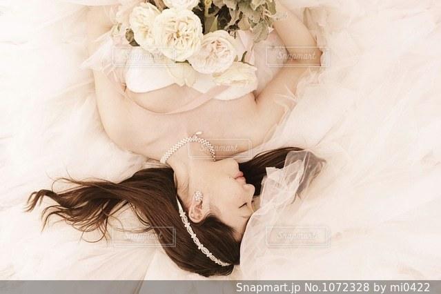 ウェディング ドレスを着た女性の写真・画像素材[1072328]