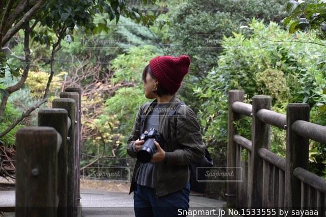 カメラを持った女の写真・画像素材[1533555]