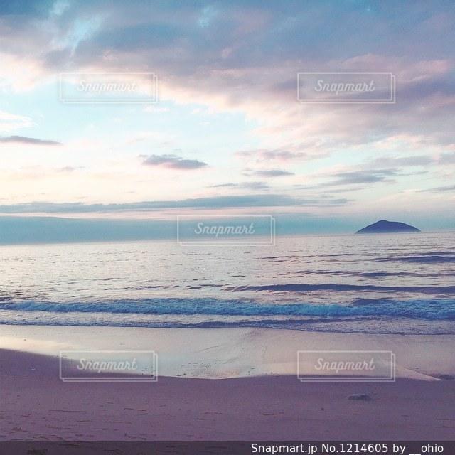 海の横にあるビーチの写真・画像素材[1214605]