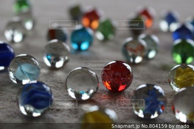 散らばったビー玉の写真・画像素材[804159]