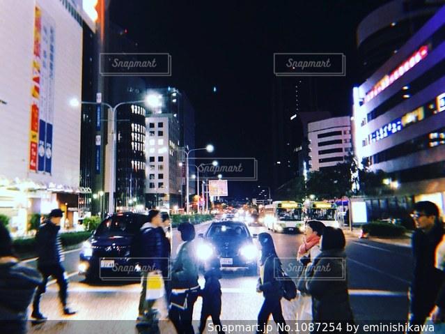 夜の街の人々の写真・画像素材[1087254]