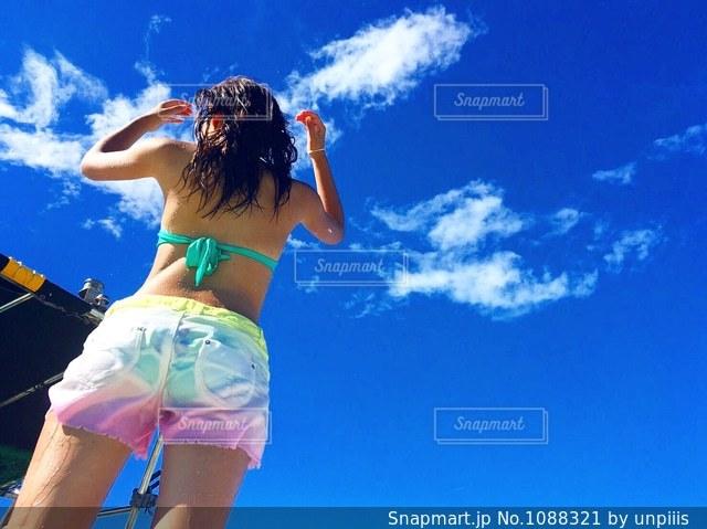 青い空の女性の写真・画像素材[1088321]