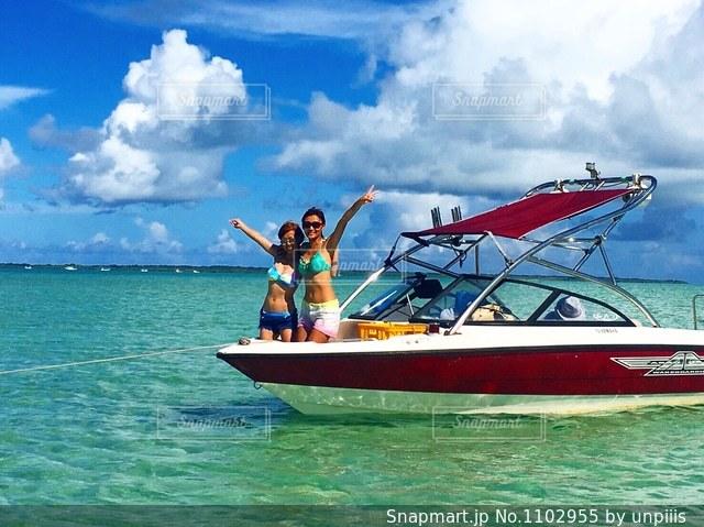 水の大きな体で小さなボートの写真・画像素材[1102955]