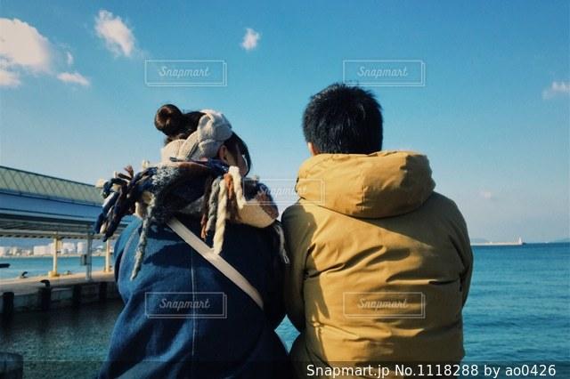 水の体の横に立っている人の写真・画像素材[1118288]