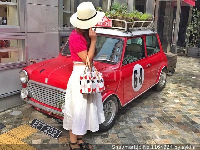 赤い車と記念撮影の写真・画像素材[1164224]
