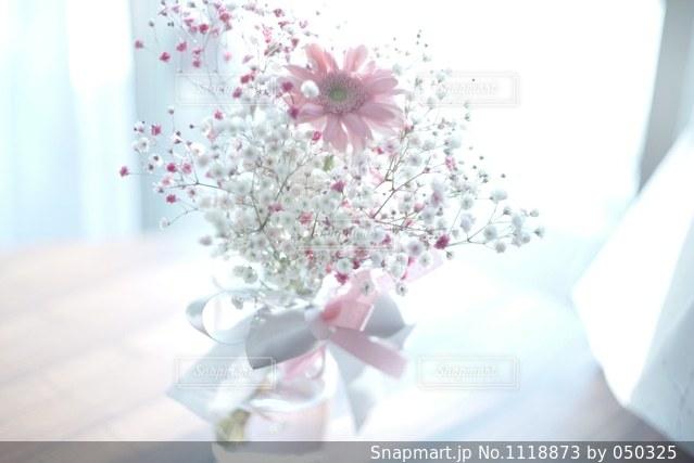 テーブルの上の花の花瓶の写真・画像素材[1118873]