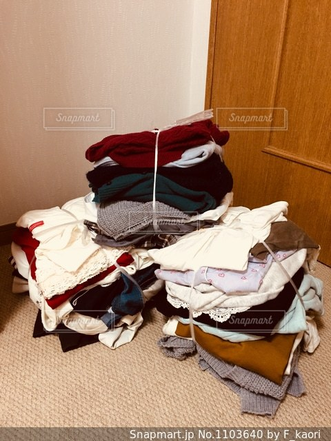 捨てる服の山の写真・画像素材[1103640]