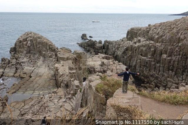 東尋坊の崖に立つ人の写真・画像素材[1117550]