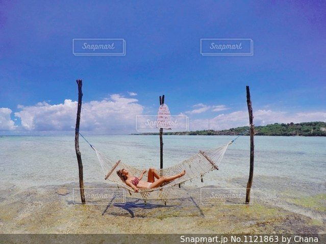 砂浜の上に座ってボートの写真・画像素材[1121863]