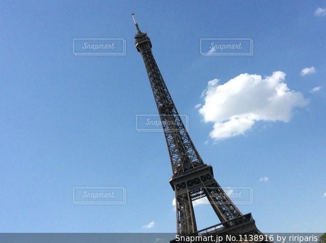 青空バックのエッフェル塔の写真・画像素材[1138916]