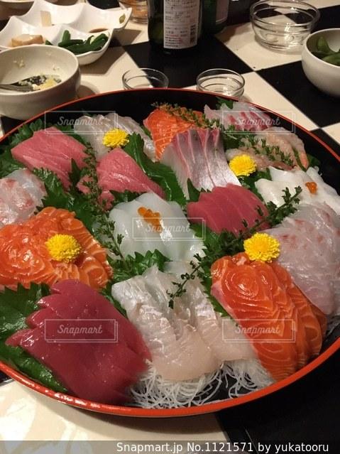 テーブルの上に食べ物のプレートの写真・画像素材[1121571]