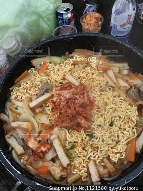 米肉や野菜がいっぱい入ったボールの写真・画像素材[1121580]