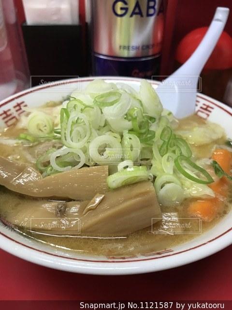 板の上に食べ物のボウルの写真・画像素材[1121587]
