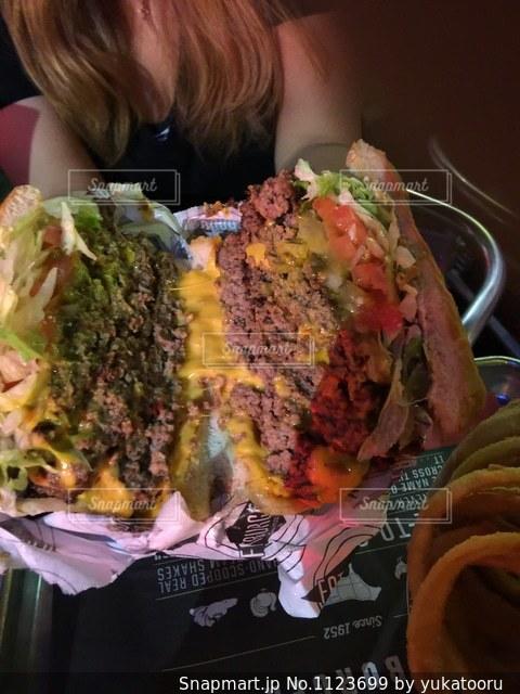 近くにサンドイッチを持っている人のの写真・画像素材[1123699]