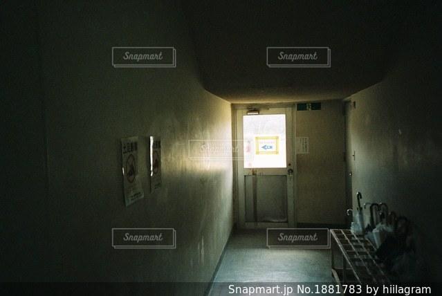 白い壁の部屋の写真・画像素材[1881783]