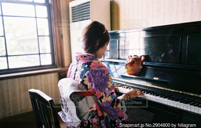 ピアノの前に立っている人の写真・画像素材[2904800]