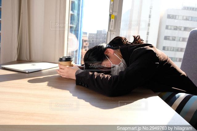 ベッドに横たわっている人の写真・画像素材[2949763]