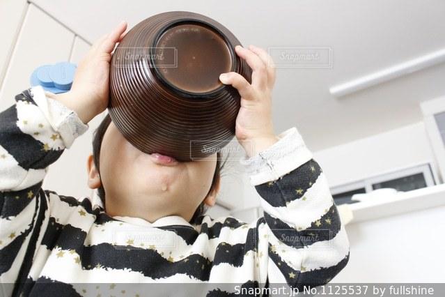 ご飯を食べる男の子の写真・画像素材[1125537]
