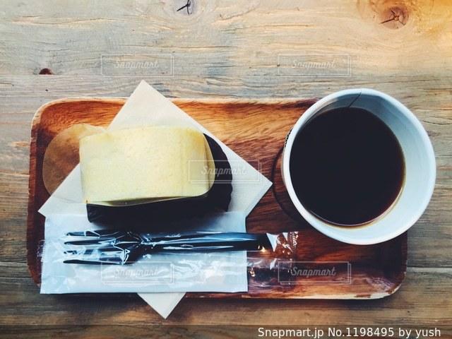 木製のテーブルの上に座ってコーヒー カップの写真・画像素材[1198495]