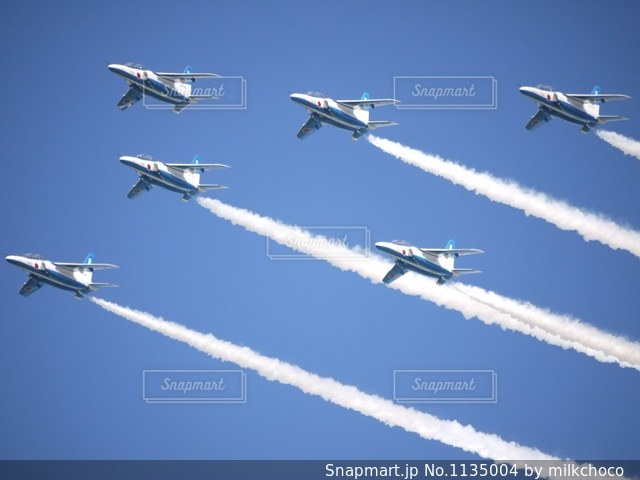 青い空を飛んでいるブルーインパルスの写真・画像素材[1135004]