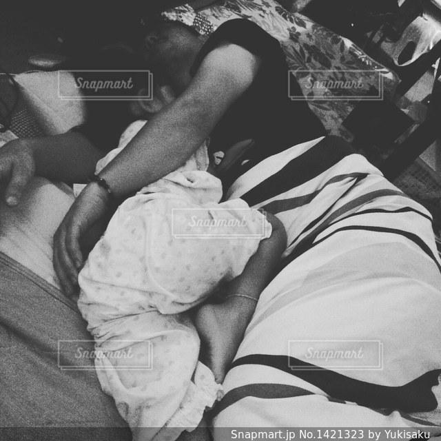 抱きつきながら寝るの写真・画像素材[1421323]
