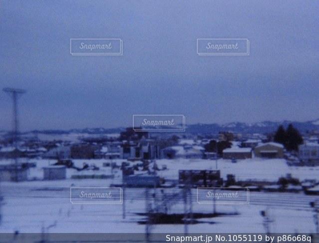 近く雪に覆われたフィールドの写真・画像素材[1055119]