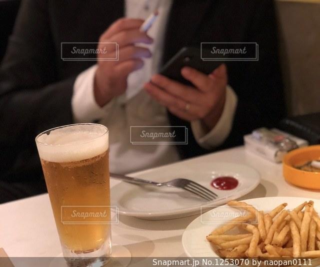 食品のプレートをテーブルに着席した人の写真・画像素材[1253070]