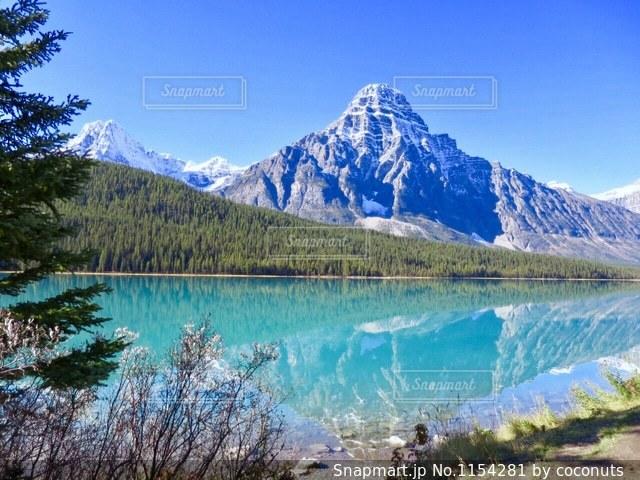 背景の山と湖の写真・画像素材[1154281]
