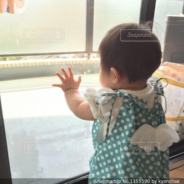 窓の前で立っている天使の写真・画像素材[1155590]