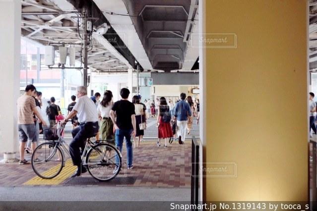 横断歩道を渡る人々の写真・画像素材[1319143]