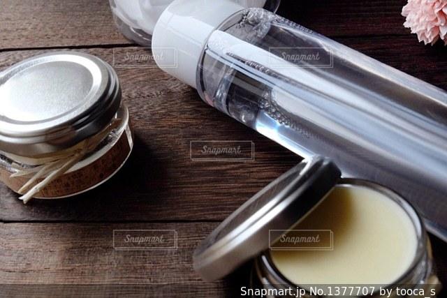 テーブルの上の基礎化粧品の写真・画像素材[1377707]