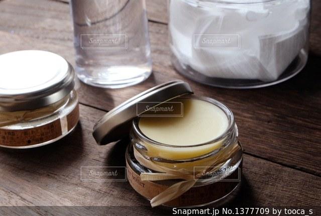 テーブルの上の基礎化粧品の写真・画像素材[1377709]